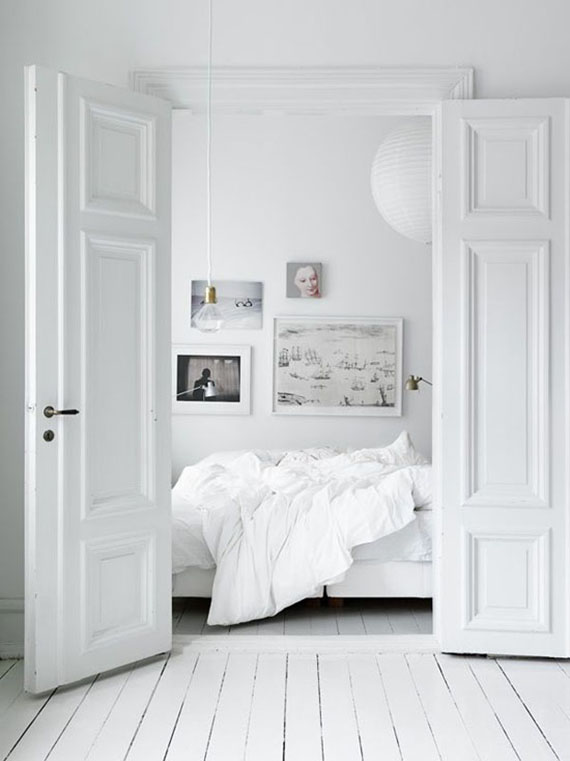 LOVE OR NOT: All white bedrooms | Image by Petra Bindel.