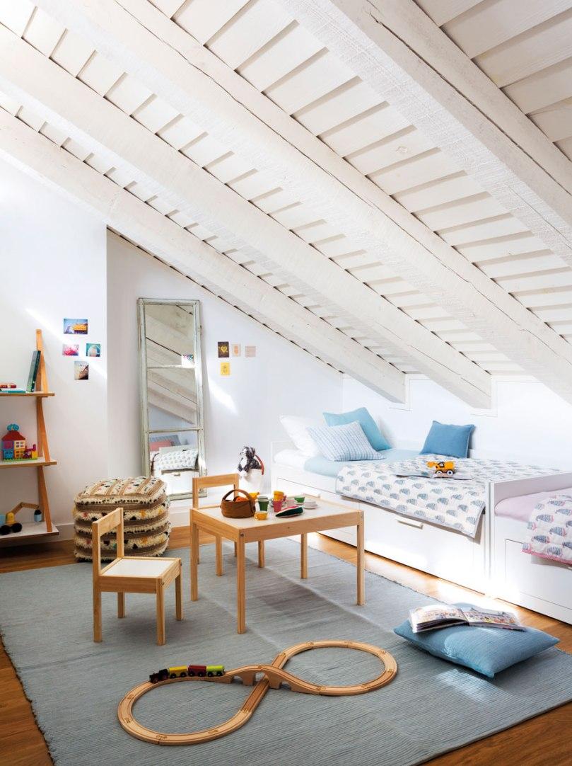 habitacion-infantil-abuhardillada-con-mesa-sillas-y-juegos-de-madera-sobre-alfombra-462095_9e2585ef